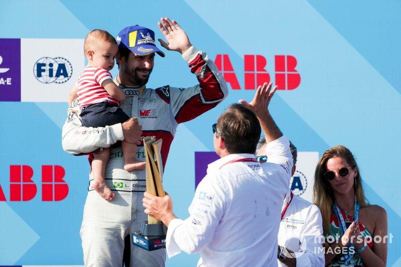 Lucas Di Grassi, Audi Sport ABT Schaeffler, celebra com o filho Leonardo