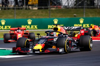 Max Verstappen, Red Bull Racing RB15, voor Sebastian Vettel, Ferrari SF90