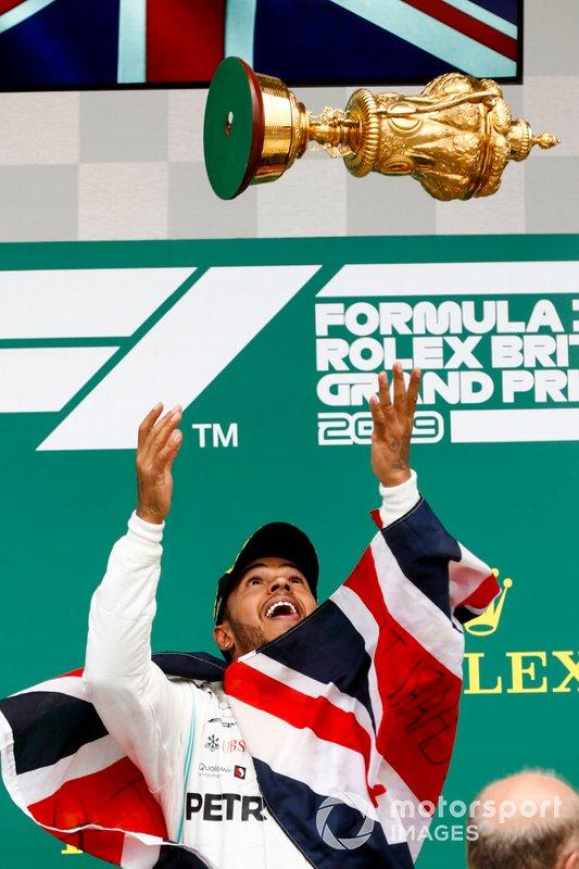 Il vincitore della gara Lewis Hamilton, Mercedes AMG F1, lancia in aria il suo trofeo