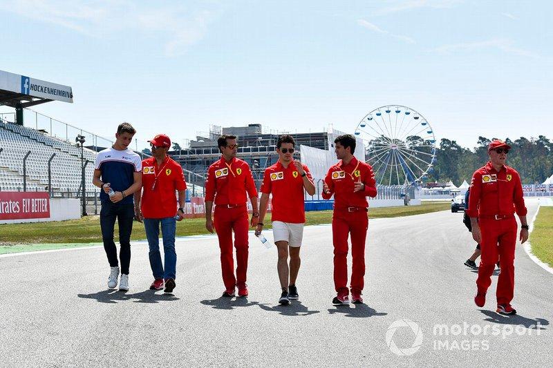 Charles Leclerc, Ferrari ispeziona il circuito con il fratello Arthur Leclerc e i meccanici