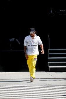Lewis Hamilton, Mercedes AMG F1, dans le paddock