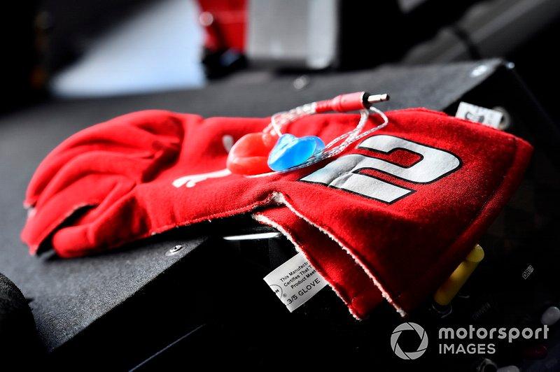 Brad Keselowski, Team Penske, Ford Mustang Wurth gloves