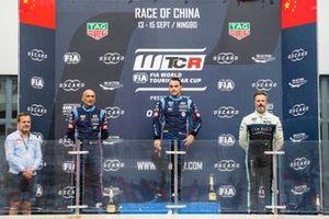 Подиум: победитель Норберт Михелис, второе место – Габриэле Тарквини, BRC Hyundai N Squadra Corse, третье место – Иван Мюллер, Cyan Racing Lynk & Co