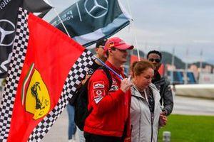 Un fan avec un drapeau Ferrari