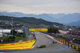 Nico Hulkenberg, Renault F1 Team R.S. 19, devant Robert Kubica, Williams FW42