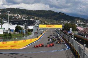 Sebastian Vettel, Ferrari SF90, devant Charles Leclerc, Ferrari SF90, Lewis Hamilton, Mercedes AMG F1 W10, Carlos Sainz Jr., McLaren MCL34, Valtteri Bottas, Mercedes AMG W10, Lando Norris, McLaren MCL34, et le reste du peloton au départ
