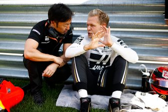 Ayao Komatsu, Chief Race Engineer, Haas F1, and Kevin Magnussen, Haas F1, on the grid