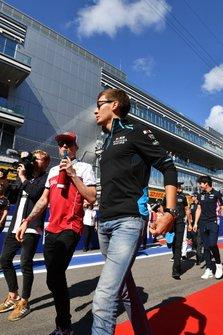Kimi Raikkonen, Alfa Romeo Racing, en George Russell, Williams Racing, tijdens de rijdersparade
