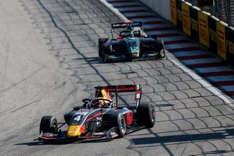 Лиам Лоусон, MP Motorsport, и Кейван Андрес Соори, HWA RACELAB