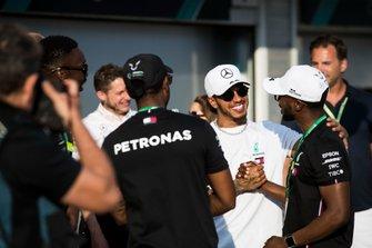 Il primo classificato Lewis Hamilton, Mercedes AMG F1, festeggia con gli ospiti