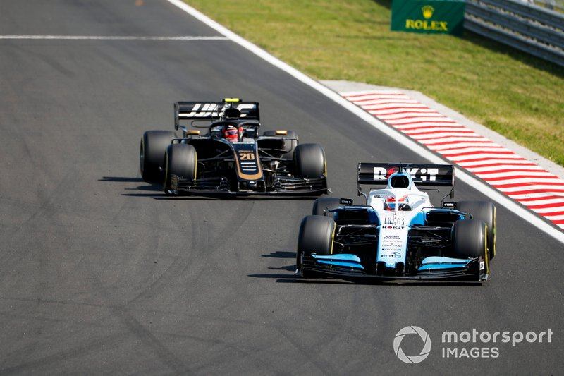 George Russell, Williams Racing FW42, precede Kevin Magnussen, Haas F1 Team VF-19