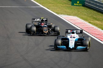 George Russell, Williams Racing FW42, leads Kevin Magnussen, Haas F1 Team VF-19