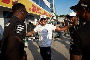 Il primo classificato Lewis Hamilton, Mercedes AMG F1, festeggia la vittoria con il team Mercedes e gli ospiti