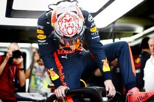 Max Verstappen, Red Bull Racing, entra nella sua auto