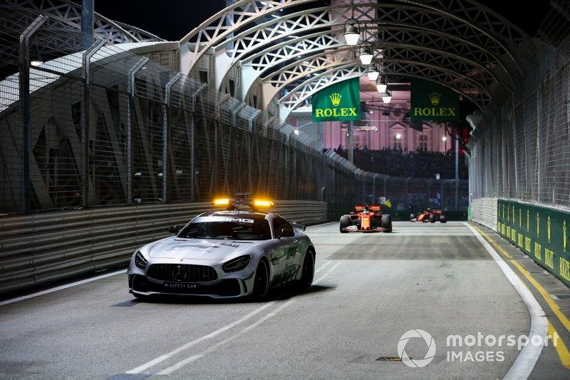 Coche de seguridad lidera Sebastian Vettel, Ferrari SF90 y Charles Leclerc, Ferrari SF90