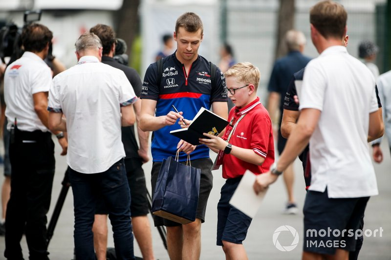 Daniil Kvyat, Toro Rosso signs an autograph for a fan