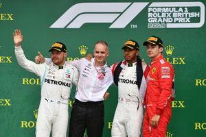 Valtteri Bottas, Mercedes AMG F1, 2e plaats, Mercedes-afgevaardigde, Lewis Hamilton, Mercedes AMG F1, 1e plaats, en Charles Leclerc, Ferrari, 3e plaats, op het podium