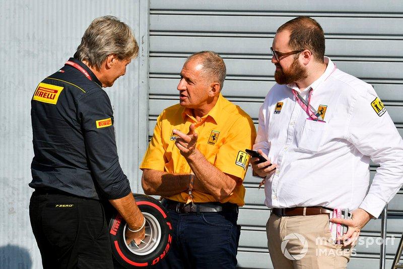 Roberto Boccafogli, Director de Marketing de F1, Pirelli Motorsport y Jody Scheckter con el premio Pirelli Pole Position Award