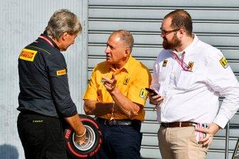 Roberto Boccafogli, directeur du marketing F1 de Pirelli Motorsport et Jody Scheckter avec le trophée de la pole position