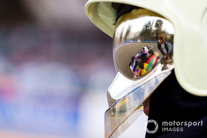 Pierre Gasly, Toro Rosso STR14, riflesso nella visiera di un marshal