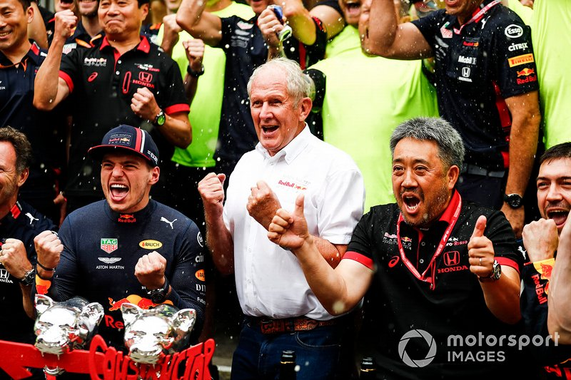 Max Verstappen, Red Bull Racing, 1° classificato, Helmut Marko, Consulente, Red Bull Racing, Masashi Yamamoto, General Manager, Honda Motorsport, e il team Red Bull, festeggiano la vittoria