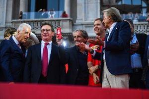 Alain Prost prend une photo sur scène avec Piero Lardi Ferrari, Sebastian Vettel, Ferrari et Luca di Montezemolo