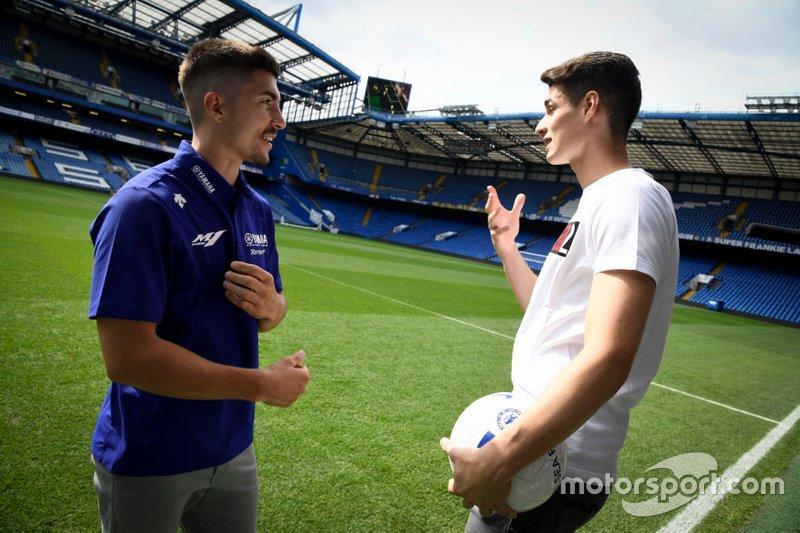 Maverick Viñales (Yamaha) parla con il portiere del Chelsea Kepa Arrizabalaga