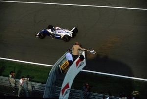 Ganador de la carrera Damon Hill, Williams FW16 toma la bandera a cuadros