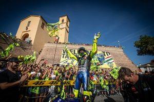 Valentino Rossi, Yamaha Factory Racing, salue la foule