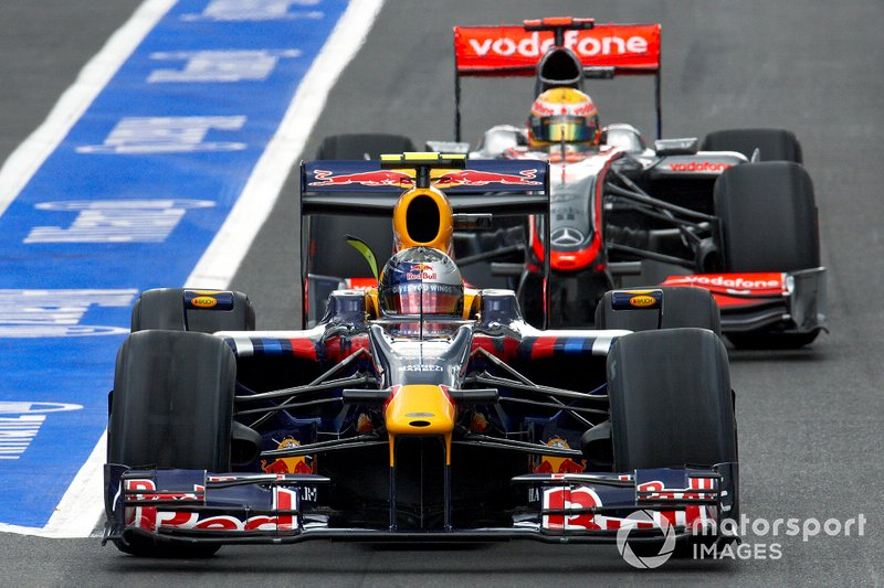 Sebastian Vettel, Red Bull RB5 Renault voor Lewis Hamilton, McLaren MP4-24 Mercedes
