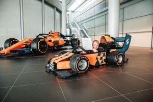 Logan, un niño británico, visita la fábrica de McLaren