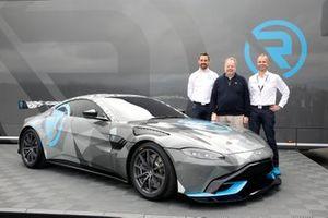 Dr. Florian Kamelger, Dr. Andreas Baenziger, R-Motorsport presentando la Aston Martin Vantage Cup Dr. Andy Palmer, Aston Martin Lagonda Presidente y CEO del Grupo