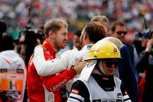 Sebastian Vettel, Ferrari, si congratula con il Campione del Mondo Lewis Hamilton, Mercedes AMG F1, nel parco chiuso