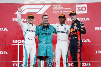 Winnaar Lewis Hamilton, Mercedes AMG F1 op het podium met de vertegenwoordiger van Mercedes, Valtteri Bottas en Max Verstappen, Red Bull Racing