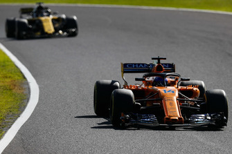 Фернандо Алонсо, McLaren MCL33, и Нико Хюлькенберг, Renault Sport F1 Team RS18