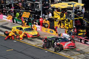 Kurt Busch, Stewart-Haas Racing, Ford Fusion Haas Automation/Monster Energy, Joey Logano, Team Penske, Ford Fusion Shell Pennzoil, makes a pit stop