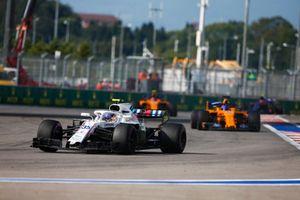Sergey Sirotkin, Williams FW41, devant Fernando Alonso, McLaren MCL33, et Stoffel Vandoorne, McLaren MCL33
