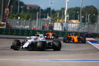Sergey Sirotkin, Williams FW41, leads Fernando Alonso, McLaren MCL33, and Stoffel Vandoorne, McLaren MCL33