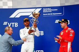 Vladimir Poetin, president van Rusland, met Lewis Hamilton, Mercedes AMG F1