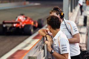 Lando Norris, McLaren osserva Charles Leclerc, Ferrari SF71H