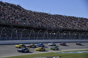 Chase Elliott, Hendrick Motorsports, Chevrolet Camaro NAPA NIGHTVISION LAMPS, precede un gruppo di auto