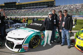 William Byron, Hendrick Motorsports, Chevrolet Camaro Unifirst, con degli ospiti