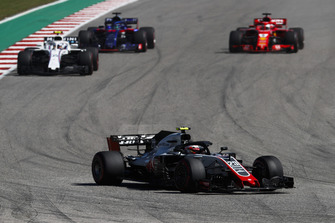 Kevin Magnussen, Haas F1 Team VF-18, leads Sergey Sirotkin, Williams FW41, Brendon Hartley, Toro Rosso STR13, and Sebastian Vettel, Ferrari SF71H