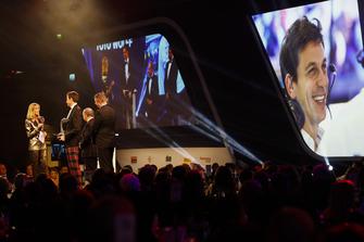 Toto Wolff reçoit un John Bolster Award sur scène avec Nicki Shields et le président de la FIA, Jean Todt