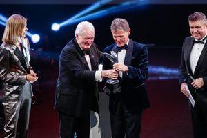 Paddy Hopkirk presenta el premio a Malcolm Wilson