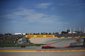 Kimi Raikkonen, Ferrari SF71H, voor Max Verstappen, Red Bull Racing RB14