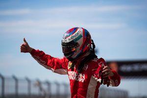 Kimi Raikkonen, Ferrari, 1° classificato, festeggia nel parco chiuso