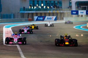Max Verstappen, Red Bull Racing RB14, voor Esteban Ocon, Racing Point Force India VJM11, Sergio Perez, Racing Point Force India VJM11, en Carlos Sainz Jr., Renault Sport F1 Team R.S. 18