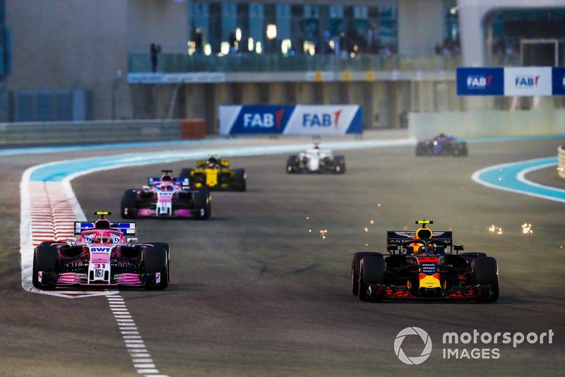 Max Verstappen, Red Bull Racing RB14, precede Esteban Ocon, Racing Point Force India VJM11, Sergio Perez, Racing Point Force India VJM11, e Carlos Sainz Jr., Renault Sport F1 Team R.S. 18