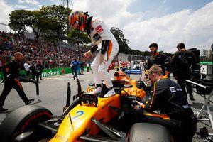 Stoffel Vandoorne, McLaren, esce dalla sua monoposto